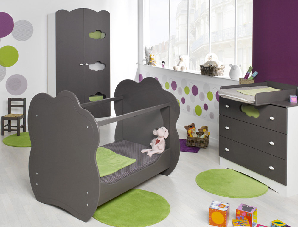 habitaci n de beb color chocolate cuna c moda y armario. Black Bedroom Furniture Sets. Home Design Ideas