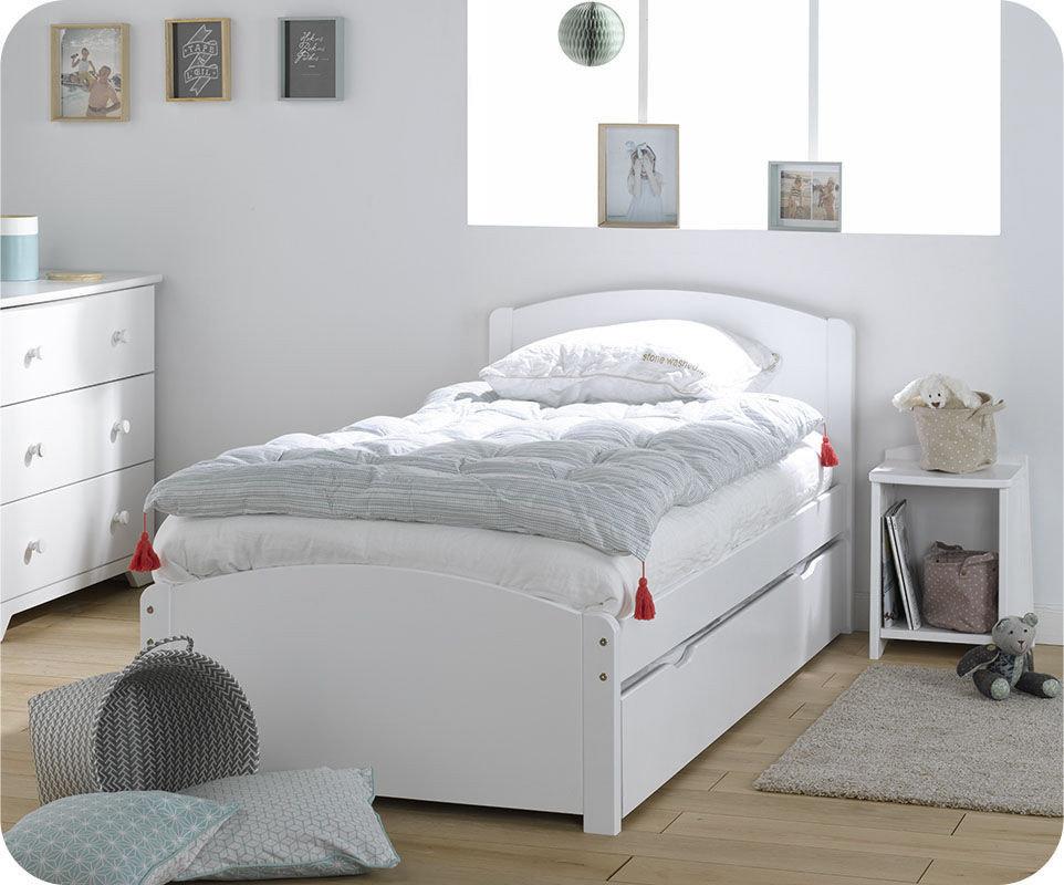 Cama infantil con somier y colchón. Madera maciza color blanco