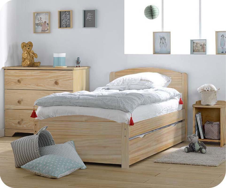 Cama infantil con somier y colchón. Madera maciza color natural